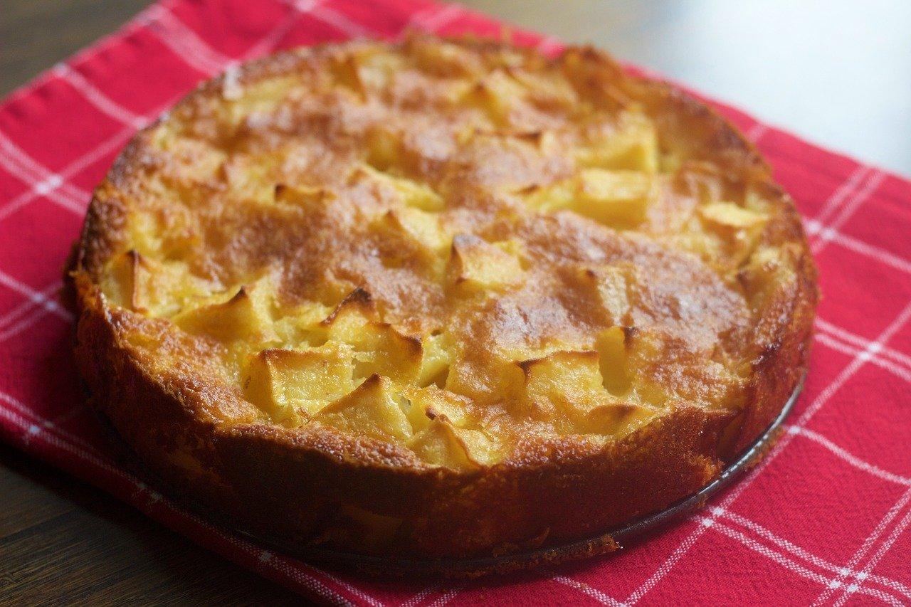 Apfelkuchen, gebacken (mit Blätterteig) Essen und Trinken Süßigkeiten