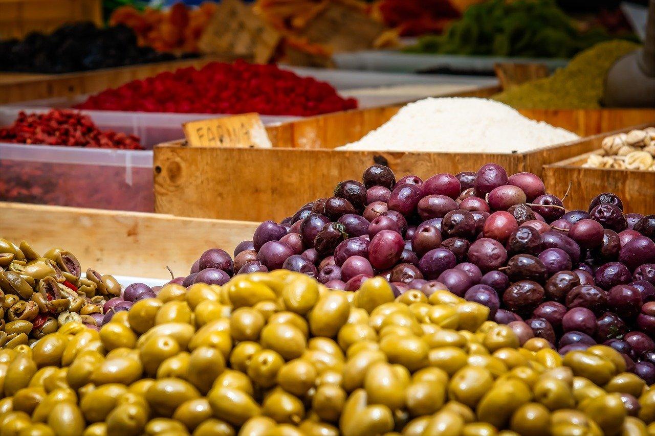 Olive, gefüllt mit Hackfleisch, frittiert Essen und Trinken salzige Snacks