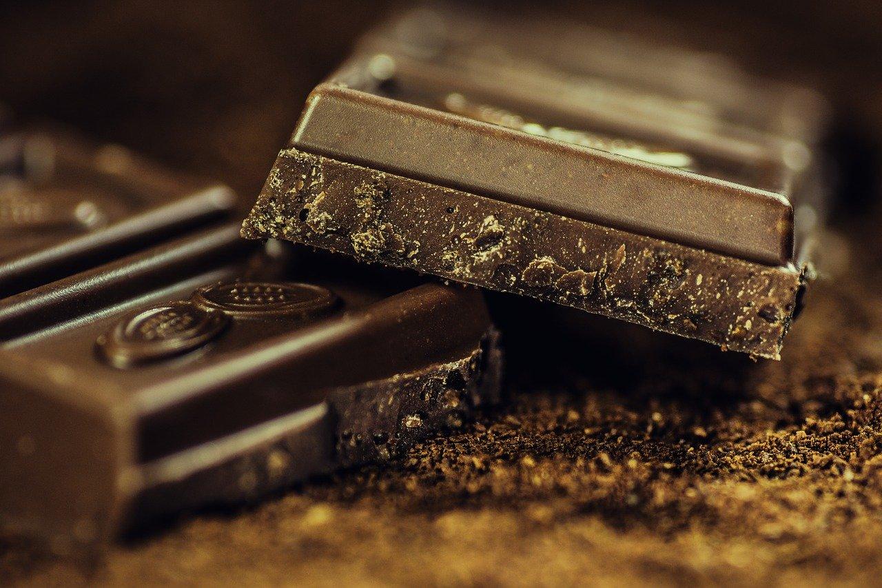 Milchschokolade mit Nüssen Essen und Trinken Süßigkeiten