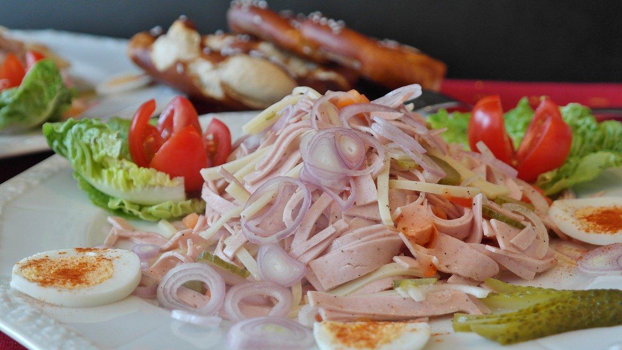 Wurst-Käse-Salat, zubereitet Essen und Trinken Gerichte