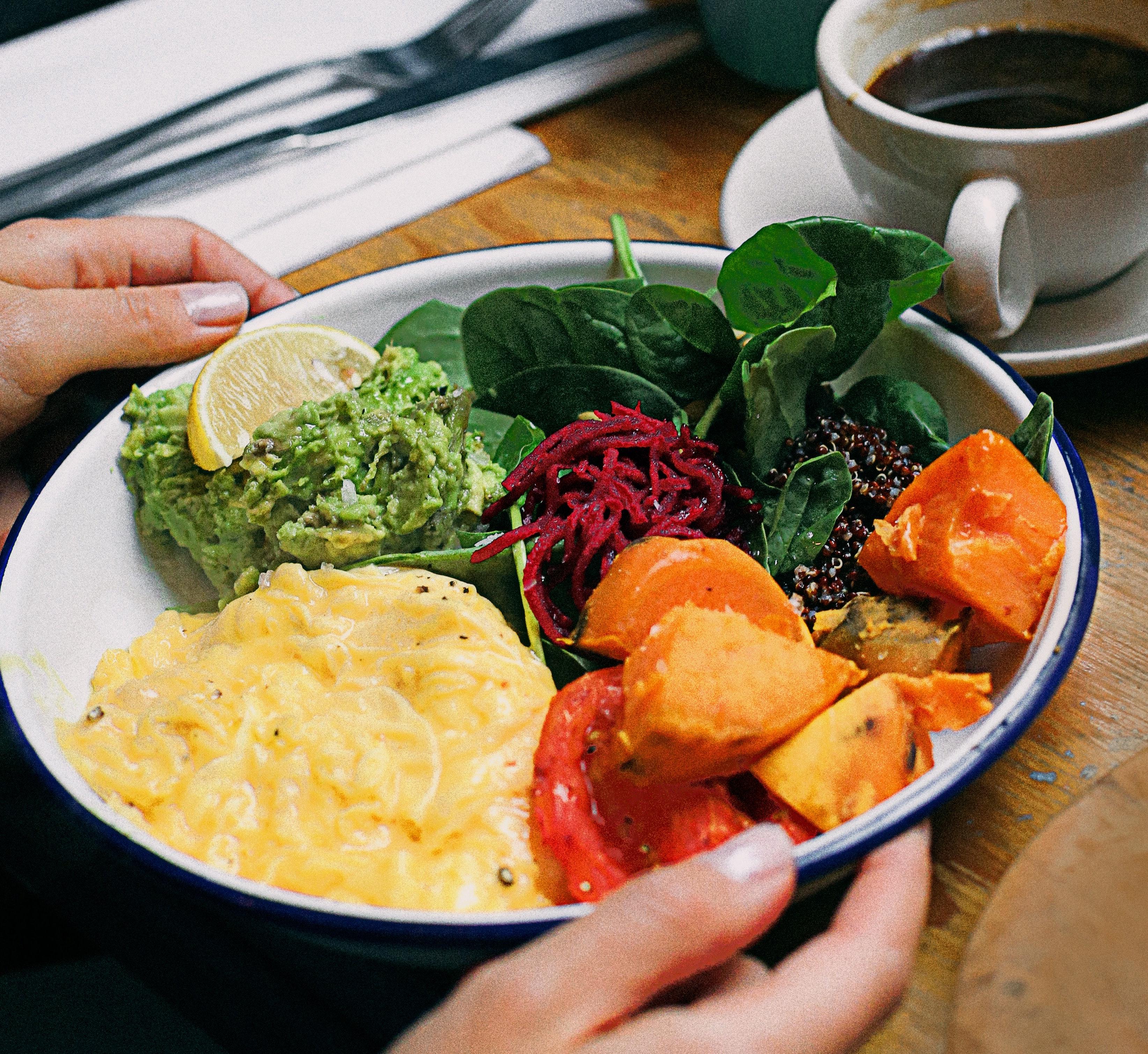 Rührei mit Champignons, zubereitet Essen und Trinken Gerichte